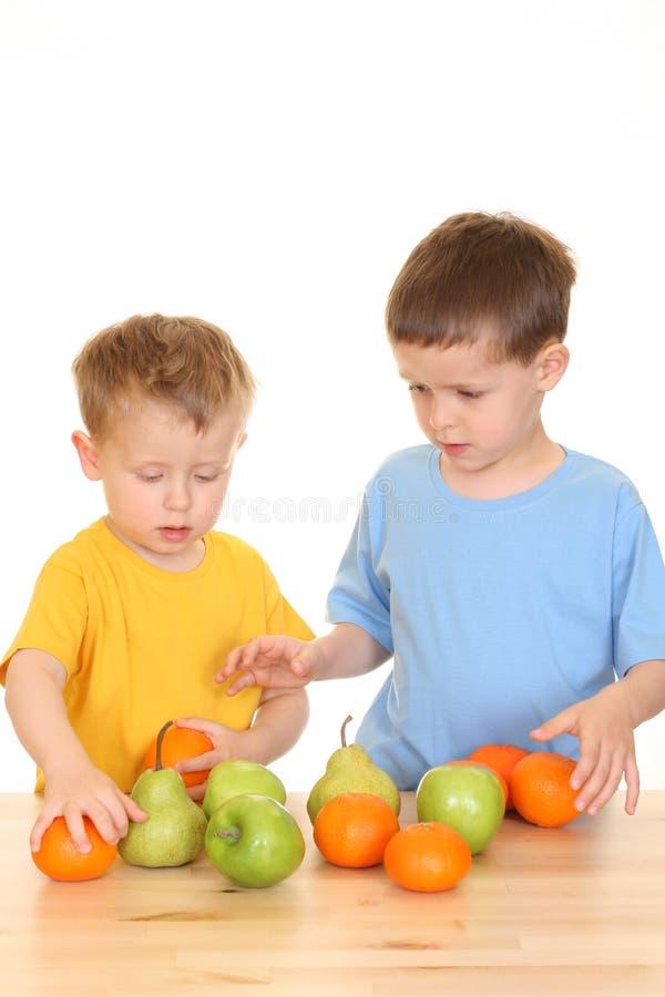 Het spelen met vruchten stock foto