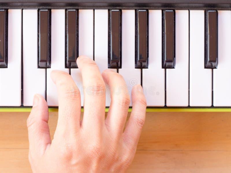 Het spelen mini digitale piano royalty-vrije stock foto