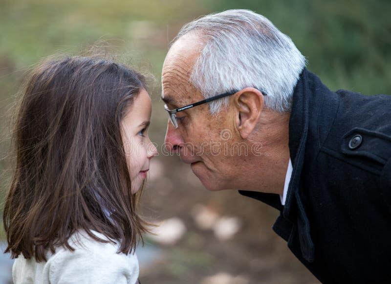 Het spelen neus aan neus met opa stock afbeelding