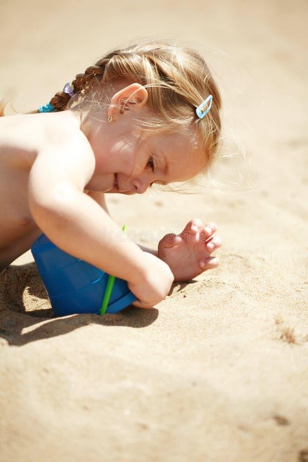 Het spelen op het strand stock afbeelding