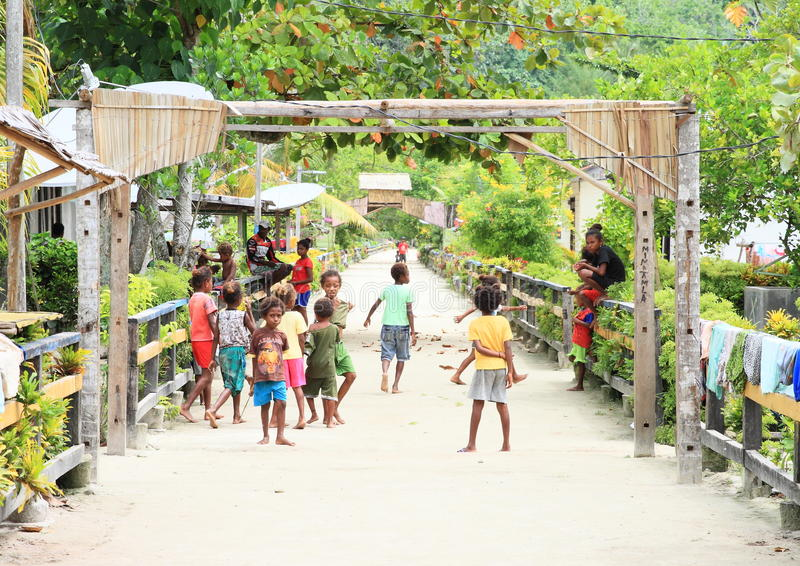 Het spelen papuan jonge geitjes stock afbeeldingen