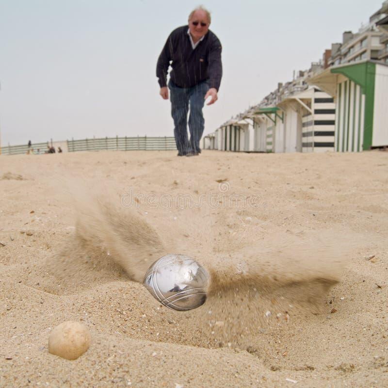 Het spelen ?petanque? op het strand royalty-vrije stock afbeeldingen