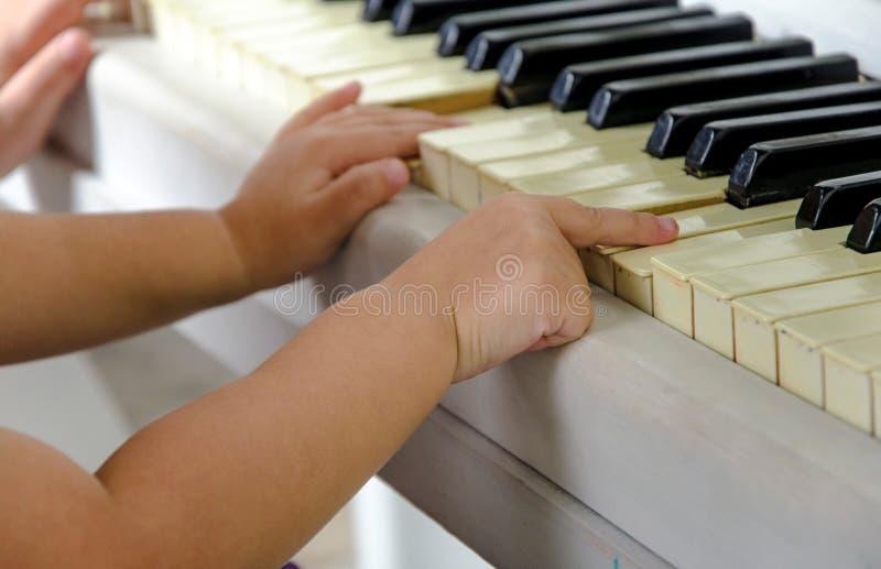 Het spelen piano stock foto's
