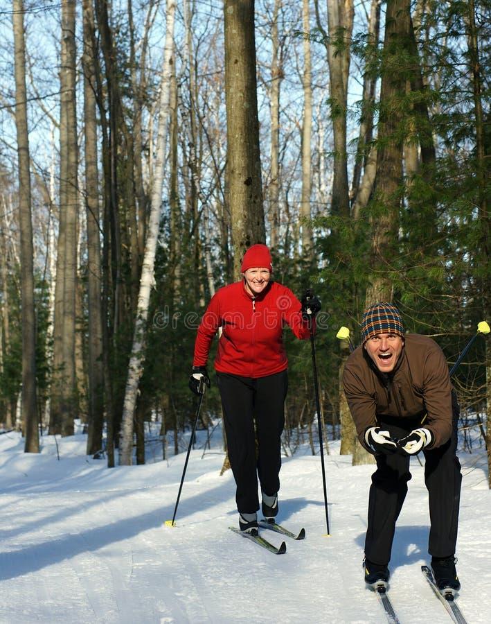 Het spelen rond op Magere Skis stock fotografie