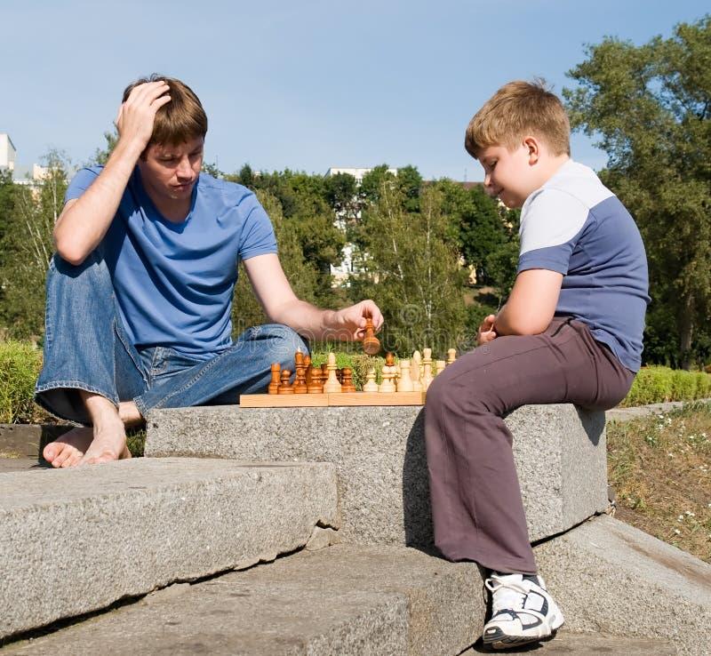 Het spelen schaak stock afbeelding