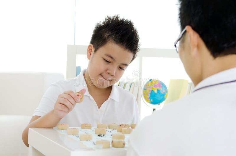 Het spelen schaak stock afbeeldingen