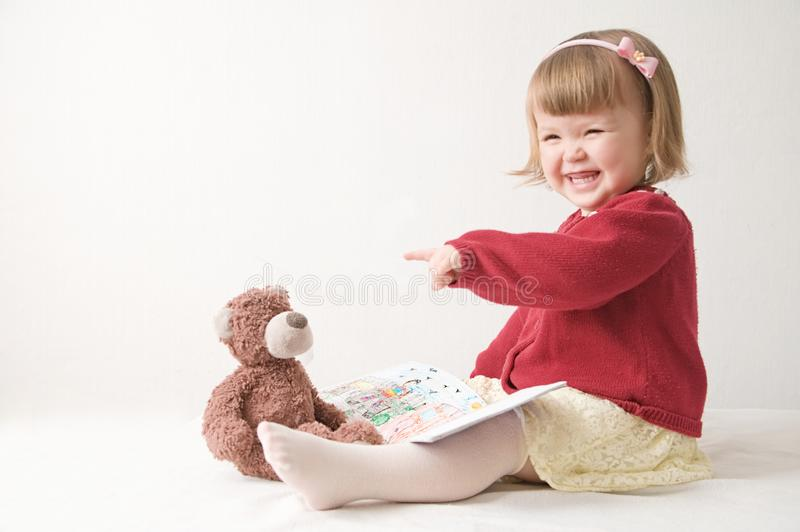 het spelen school met speelgoed gelukkig glimlachend babymeisje elegant in kleding leuke Kaukasische baby met teddybeer royalty-vrije stock fotografie