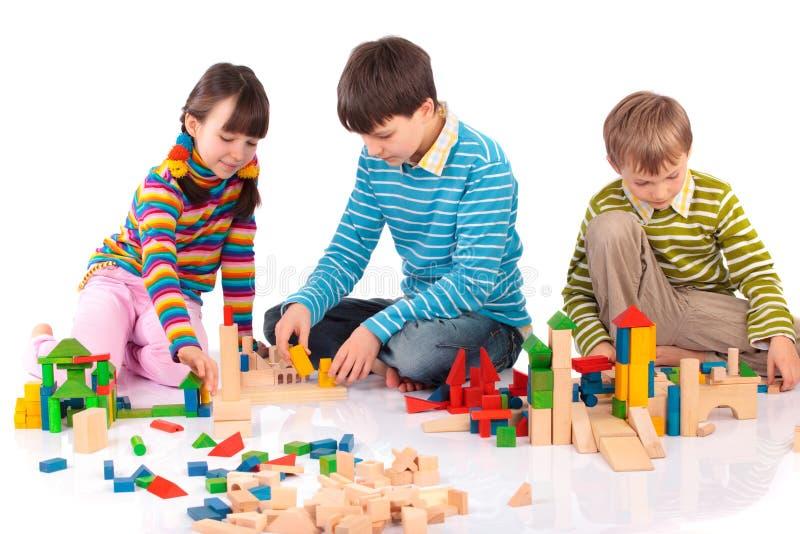 Het spelen van Clildren met blokken stock fotografie