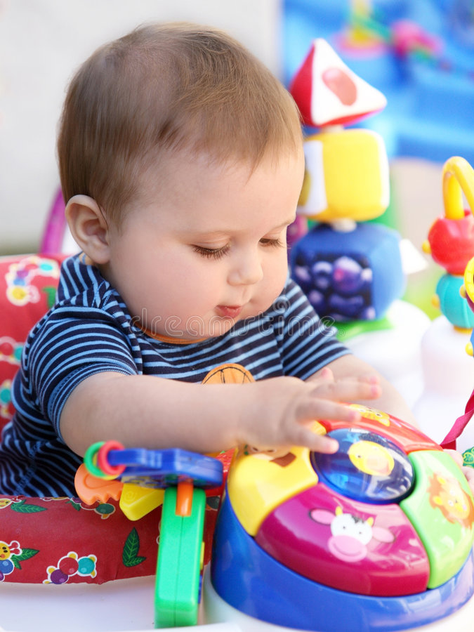 Het spelen van de baby stock afbeeldingen