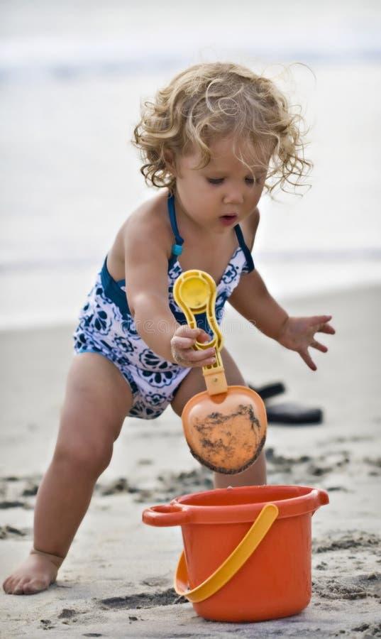 Het spelen van de baby bij strand royalty-vrije stock afbeelding