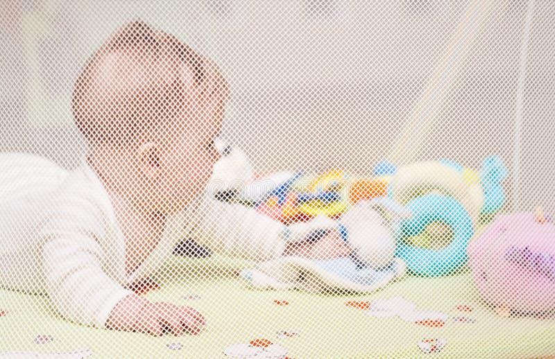 Het spelen van de baby in box royalty-vrije stock foto's