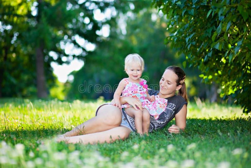 Het spelen van de baby en van de moeder stock afbeelding