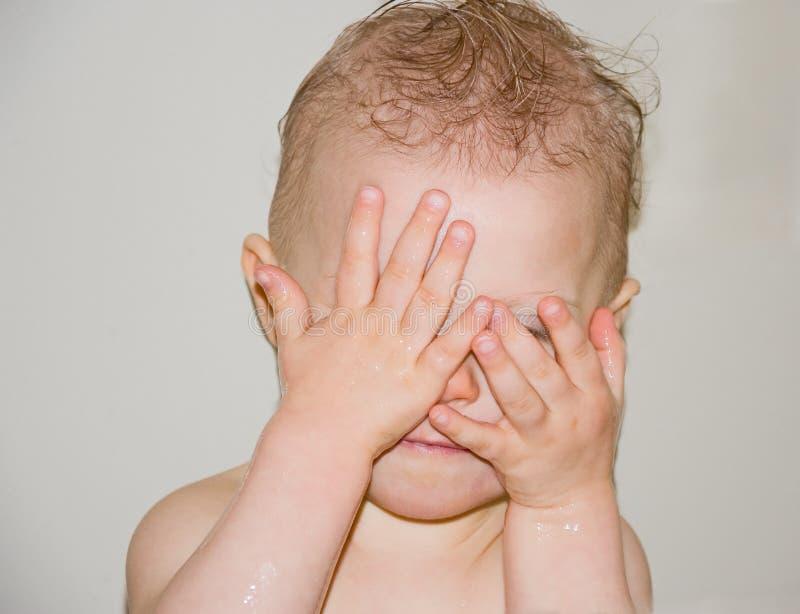 Het Spelen van de baby gluurt een Boe-geroep in Bad stock afbeelding