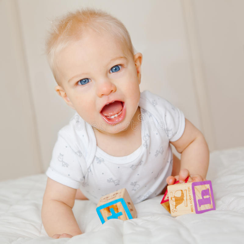 Het spelen van de baby met blokken royalty-vrije stock afbeelding
