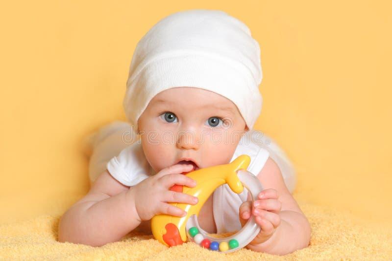 Het spelen van de baby met een stuk speelgoed royalty-vrije stock afbeelding