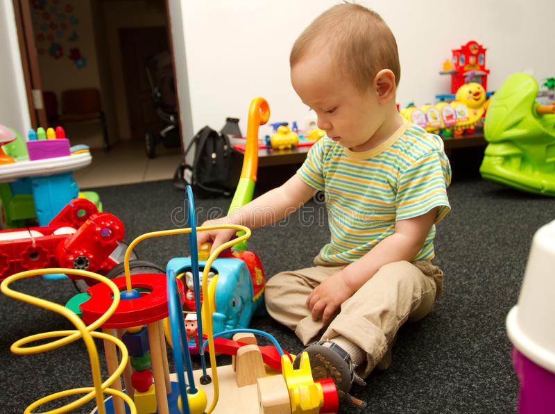 Het Spelen van de baby met het Speelgoed stock foto's