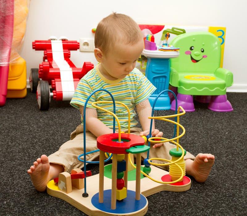 Het Spelen van de baby met het Speelgoed stock afbeeldingen