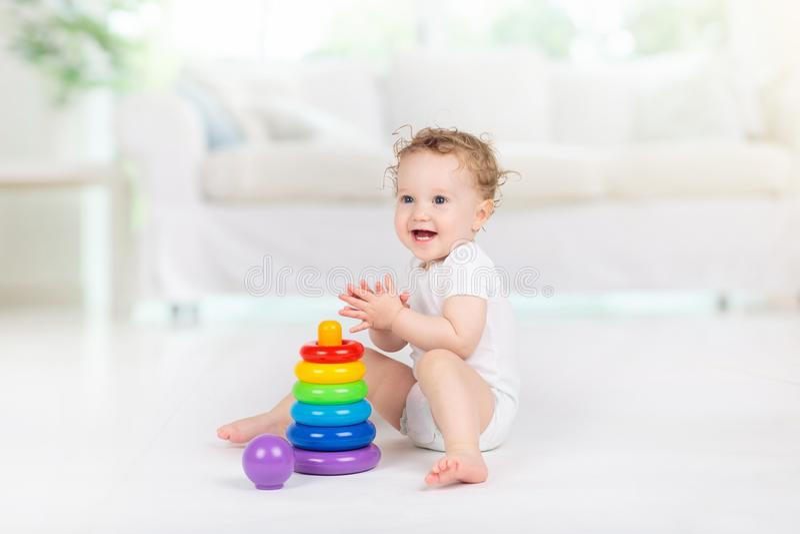 Het spelen van de baby met speelgoed Stuk speelgoed voor kind Jonge geitjesspel royalty-vrije stock afbeeldingen