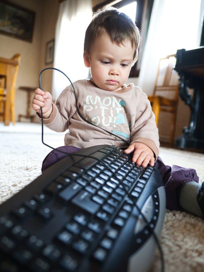 Het spelen van de baby met toetsenbord royalty-vrije stock fotografie