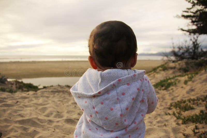 Het spelen van de baby op het strand stock foto's