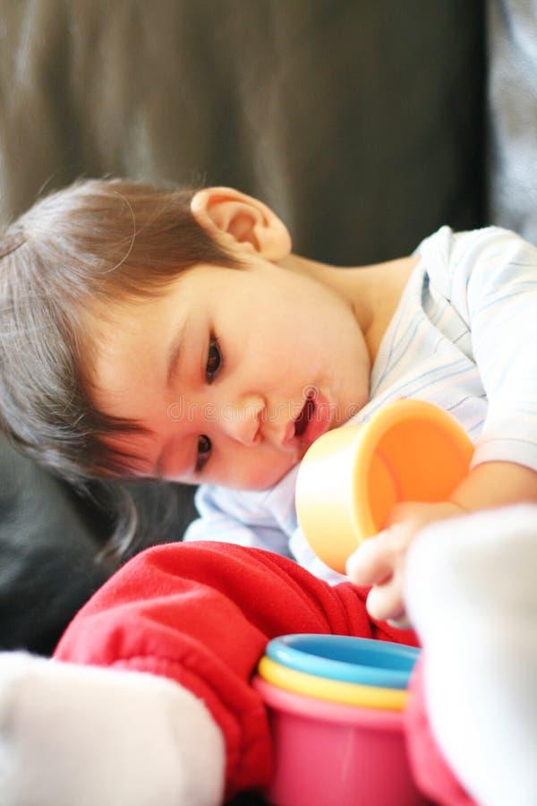 Het spelen van de baby wih speelgoed stock fotografie
