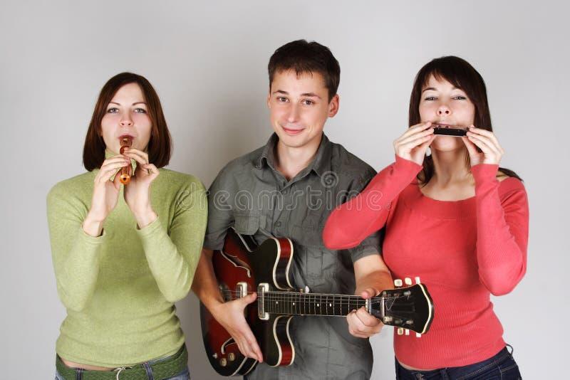 Het spelen van de band op fluit, harp en gitaar stock afbeeldingen