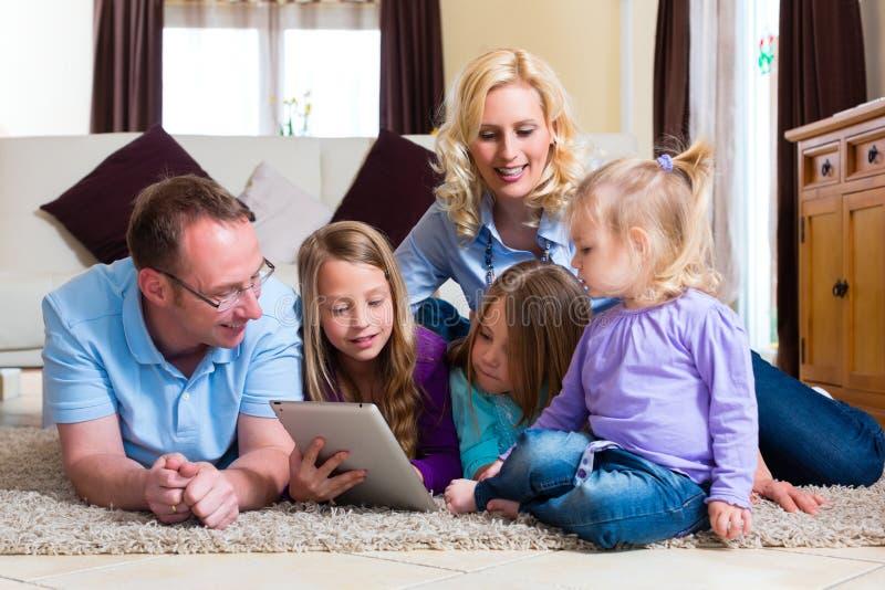 Het spelen van de familie met de computer van de Tablet thuis stock fotografie