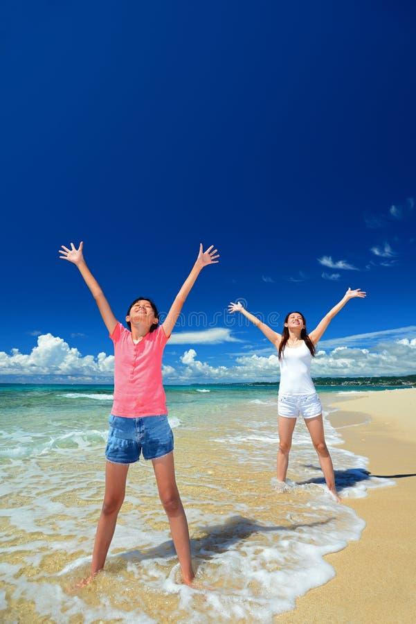 Het spelen van de familie op het strand in Okinawa stock fotografie