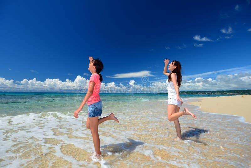 Het spelen van de familie op het strand in Okinawa stock foto