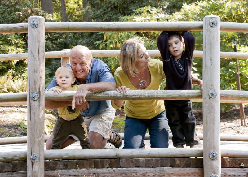 Het spelen van de familie op houten brug stock afbeeldingen