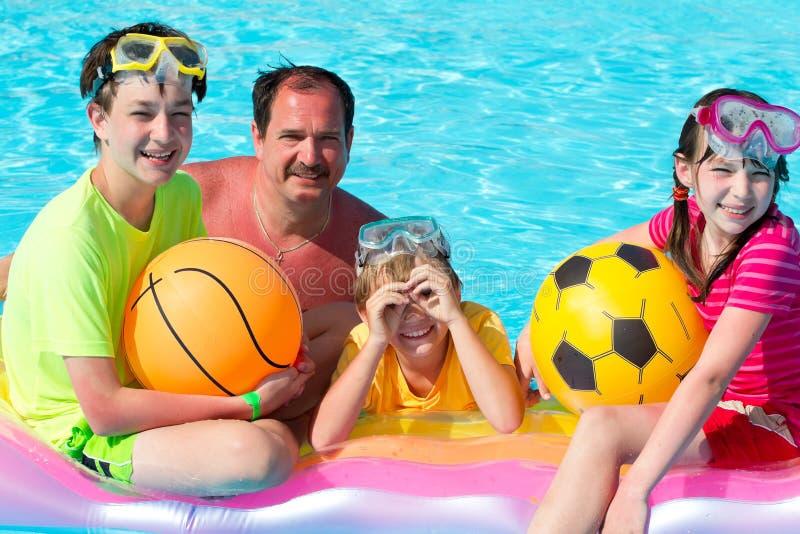 Het spelen van de familie in pool royalty-vrije stock foto's