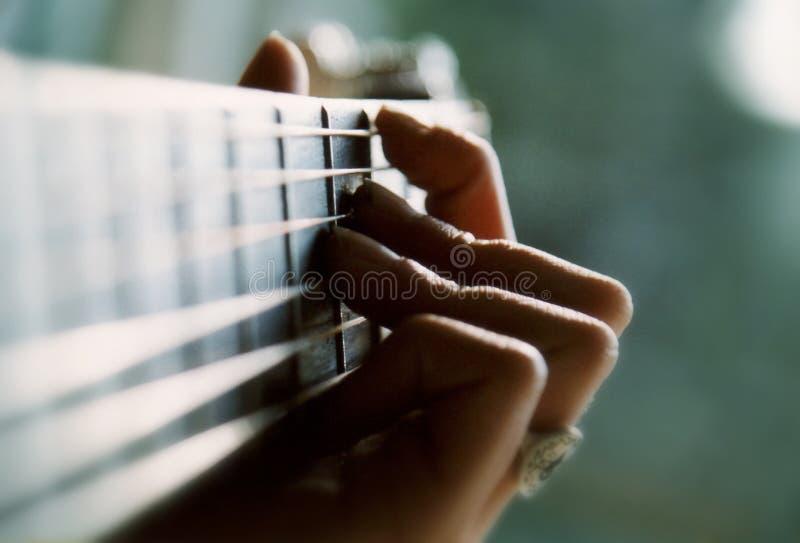 Het spelen van de gitaar stock fotografie