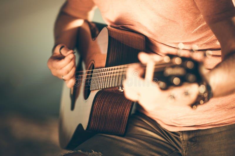 Het spelen van de gitarist gitaar stock afbeelding