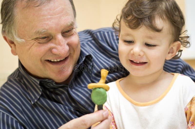 Het spelen van de grootvader met kleindochter