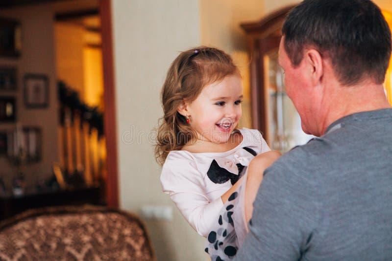 Het spelen van de grootvader met kleindochter stock fotografie