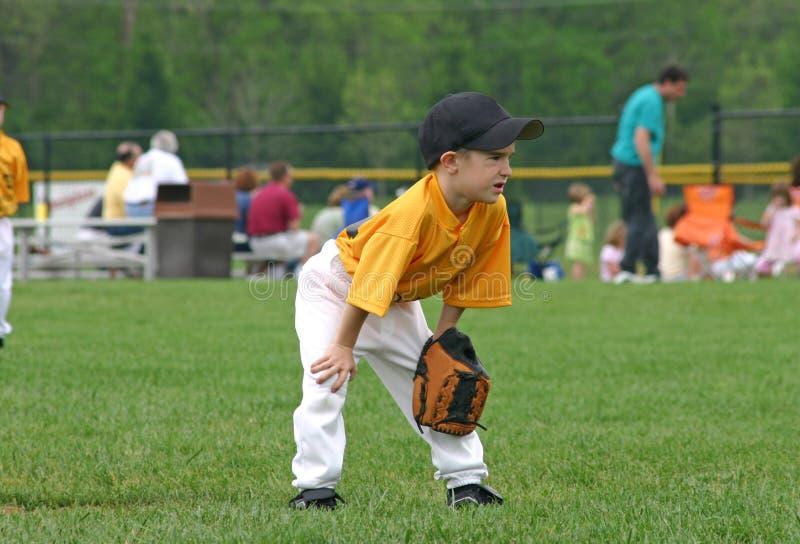 Het Spelen van de jongen Bal stock foto's