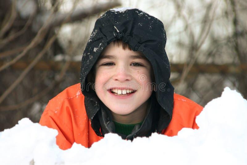 Het spelen van de jongen in diepe sneeuw royalty-vrije stock fotografie