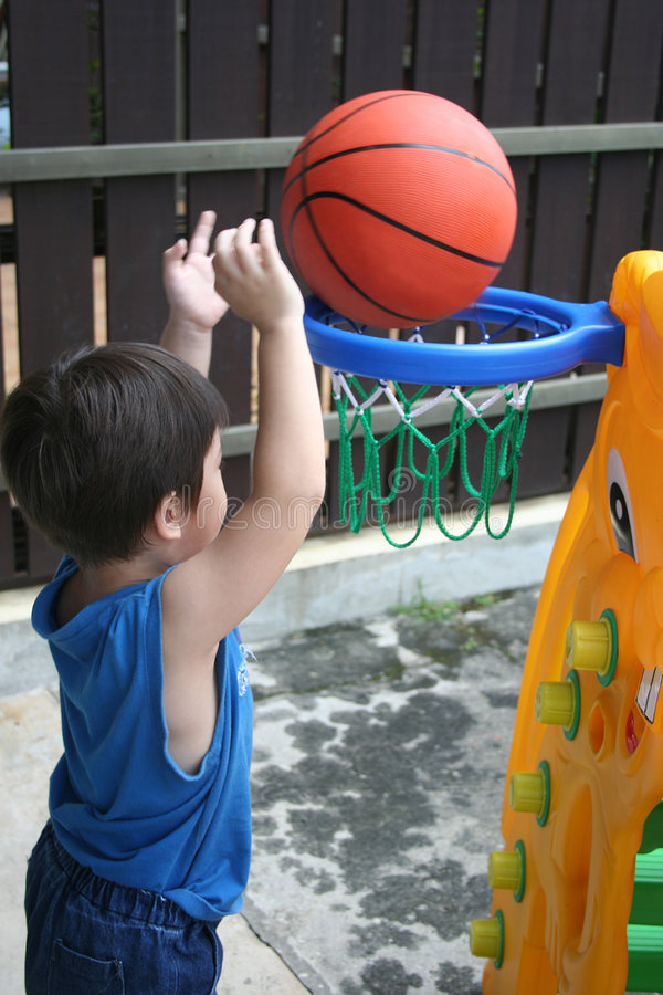 Het spelen van de jongen mandbal royalty-vrije stock afbeeldingen