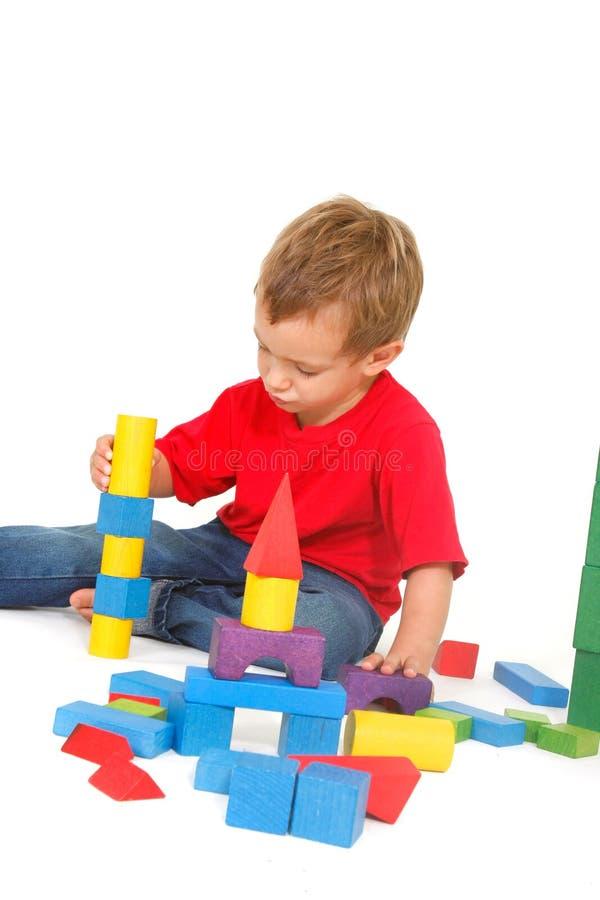 Het spelen van de jongen met bouwstenen royalty-vrije stock fotografie