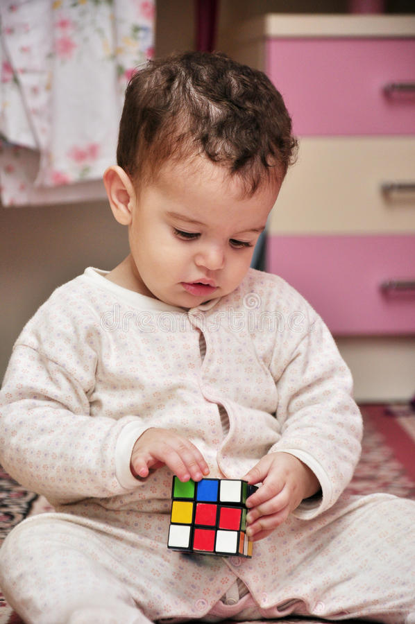 Het Spelen van de jongen met het Stuk speelgoed van de Kubus stock fotografie