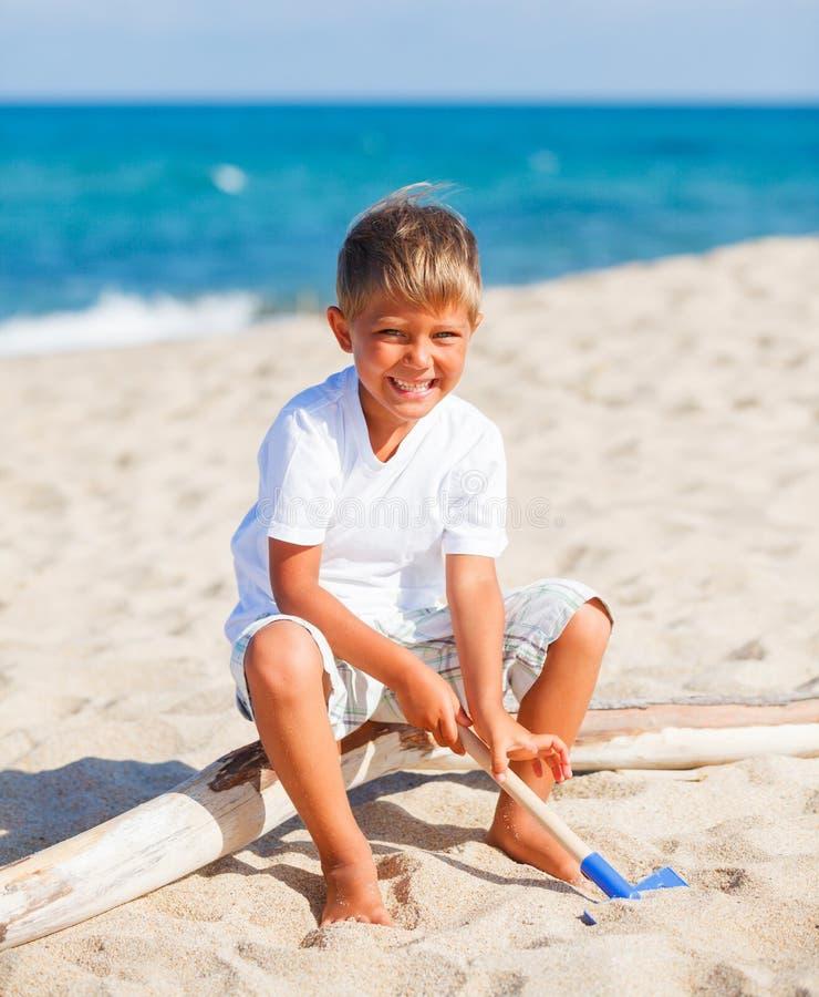 Download Het Spelen Van De Jongen Op Het Strand Stock Foto - Afbeelding bestaande uit mensen, weinig: 54090572