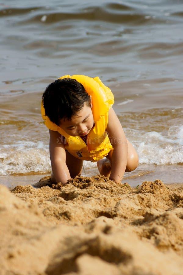 Het spelen van de jongen op strand royalty-vrije stock afbeeldingen