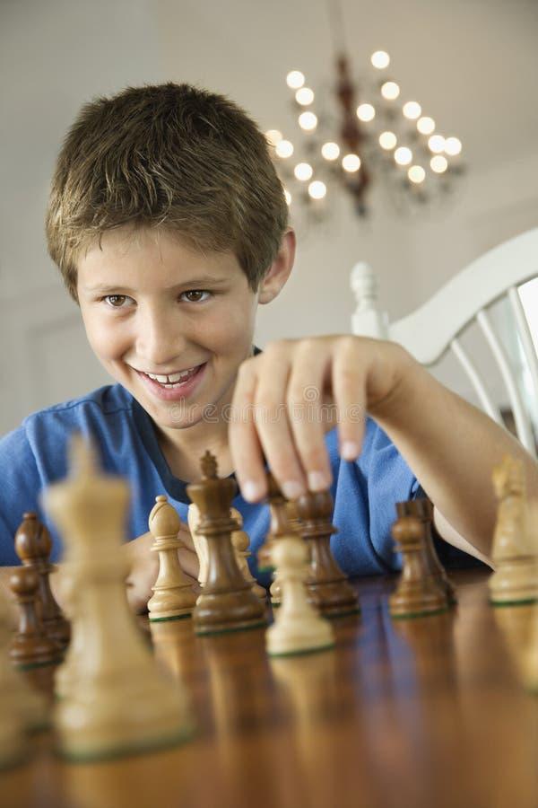Het spelen van de jongen schaak. stock foto's