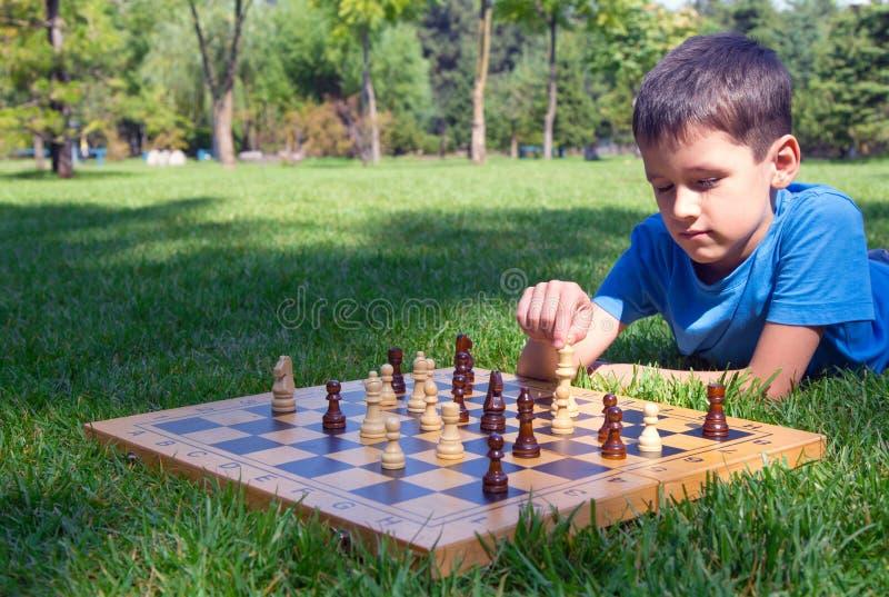 Het spelen van de jongen schaak stock foto's