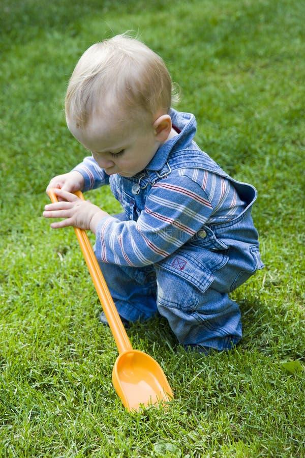 Het spelen van de jongen in werf royalty-vrije stock fotografie