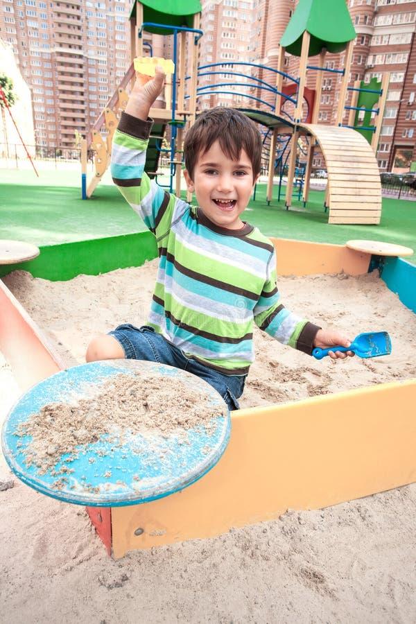 Het spelen van de jongen in zandbak royalty-vrije stock fotografie