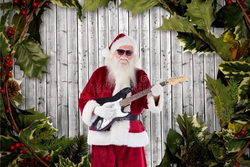 Het spelen van de Kerstman gitaar tegen digitaal geproduceerde achtergrond royalty-vrije stock foto