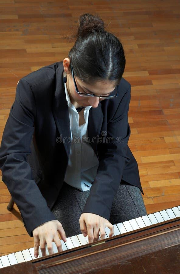 Het Spelen van de leraar Piano royalty-vrije stock afbeeldingen