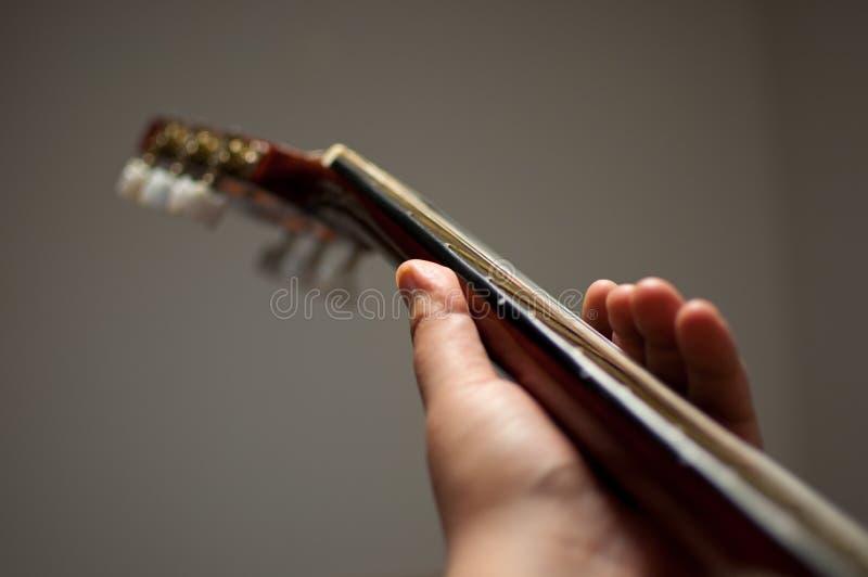 Het spelen van de mens gitaar stock afbeelding