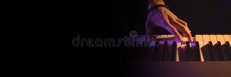 Het spelen van de mens op piano stock afbeeldingen